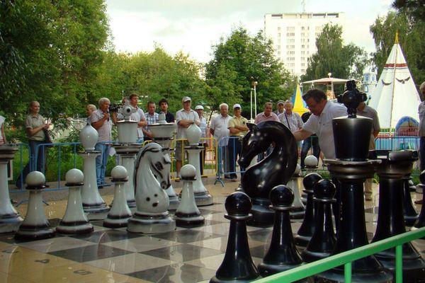 Шахматисты Набережных Челнов сыграли показательную партию живыми фигурами