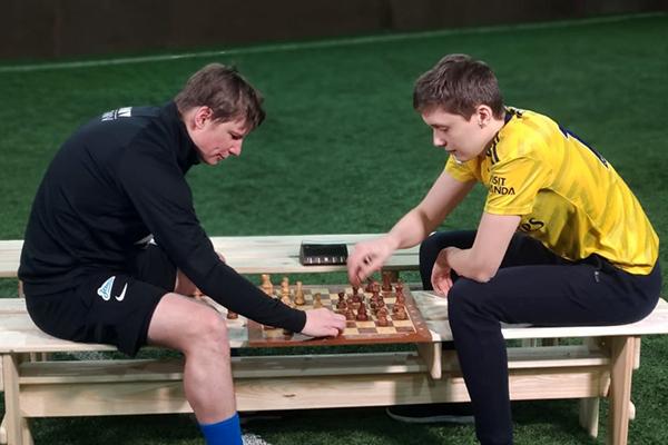 Андрей Есипенко сыграл в шахматы с Андреем Аршавиным
