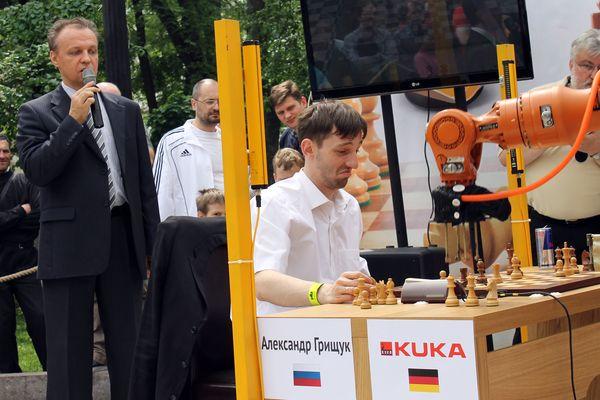 Александр Грищук отбивается от робота