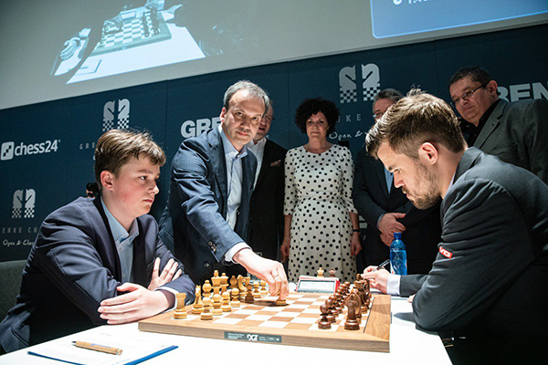 FIDE President Arkady Dvorkovich made a first symbolic move in Keymer - Carlsen game. Photo: Maria Emelianova