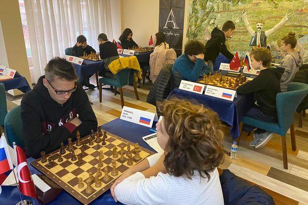 Школьники из Набережных Челнов играют матч против турецкой команды