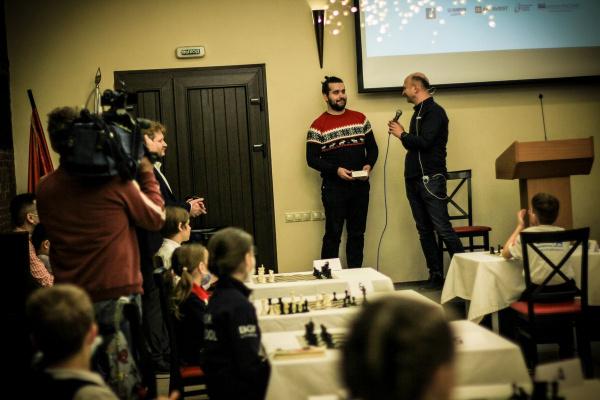 Ян Непомнящий и Владимир Поткин провели сеанс и дали мастер-класс для юных шахматистов